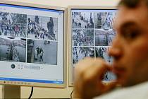 POD DOHLEDEM. Osmnáct kamer nepřetržitě střeží vybrané pražské památky, většina elektronických hlídačů je zaměřeno na Karlovův most.