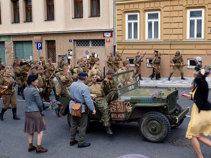 Po dvou hodinách je jasné, že válka skončila a lidé i barikádníci vítají sovětské vojáky. Protože tenkrát v květnu kvetly šeříky, staly se symbolem tehdejšího vítězství.