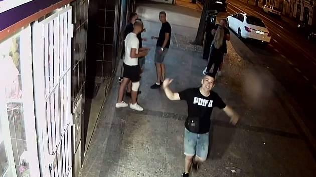 Policie hledá svědky poškození kamery v Karlíně.