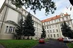 Návštěva gymnázia U Libeňského zámku, kde se chystá oslava 100 let budovy a 105 let školy.
