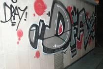 Sprejerské malůvky na zdi na střeše vestibulu stanice metra Kačerov.