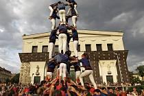 Na pražském náměstí Jiřího z Poděbrad postavili Katalánci jednu ze svých nejznámějších tradic, takzvané castells, tedy lidské věže.