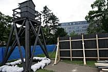 """Stavba modelu koncentračního tábora na Karlově náměstí v Praze. Kulisám u příležitosti výstavy s názvem """"Atentát na Heydricha - 70"""" bude dominovat vysoká strážní věž."""