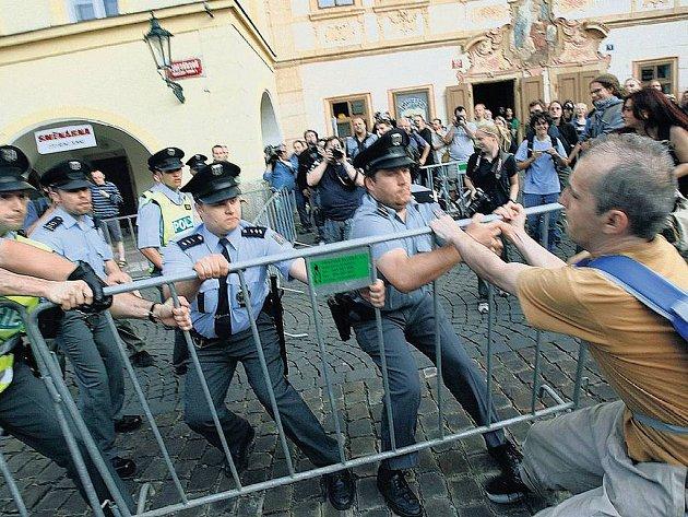 PROTESTY NEBYLY DRAMATICKÉ. Všechny protestní akce, které se během dvoudenní návštěvy prezidenta USA v Praze uskutečnily, se obešly bez závažnějších incidentů. Pro podezření z přestupku policie zadržela pouze tři osoby.