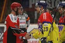 Jestřábi Prostějov (v červeném) proti Českým BudějovicímTomáš Nouza (Prostějov) a Timothy Robert Crowder (ČB)