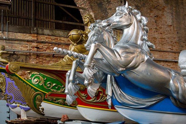 Geografia a Cavalli poprvé ve své historii opustí Benátky a vypraví se na dlouhou cestu do Prahy, aby pluly po Vltavě v rámci slavností svatojánských Navalis.