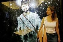Výstava moderních multimediálních a expozičních technologií pro divadla s názvem Muzeum 3000 byla zahájena 13. června v nové budově Národního muzea v Praze. Na snímku mlha, na kterou je promítán obraz.