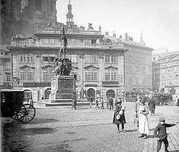 PSAL SE ROK 1890a na Malostranském náměstí tehdy trůnil pomník maršála Radeckého, dílo sochařů Josefa a Emanuela Maxů.