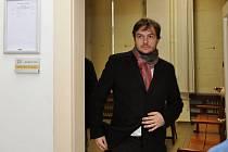 Exposlanec za Věci veřejné Michal Babák se ve čtvrtek u Obvodního soudu pro Prahu 1 nedočkal očekávaného verdiktu v kauze, v níž vystupuje jako poškozený.