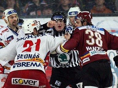 Rivalita mezi oběma kluby je patrná na ledě i v hledišti.
