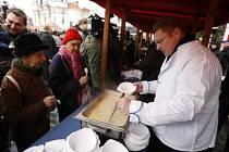 Na Štědrý den rozlévali pražští radní na Staroměstském náměstí zdarma rybí polévku. Občané tak mohli být obslouženi Marií Kousalíkovou, Petrem Hejmou nebo Radmilou Bémovou, ženou primátora Pavla Béma, kterého zastoupila spolu se svými syny.