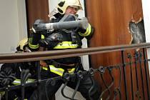Dovnitř museli hasiči vniknout násilím přes bezpečnostní dveře.