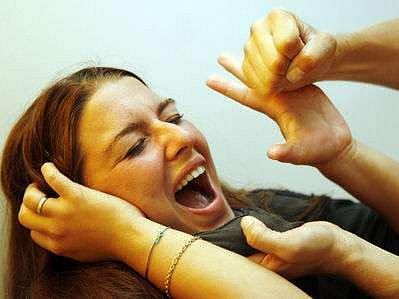 Násilí se dopouštějí především muži, ale v posledních týdnech byly zaznamenány i případy domácího násilí ze strany žen.