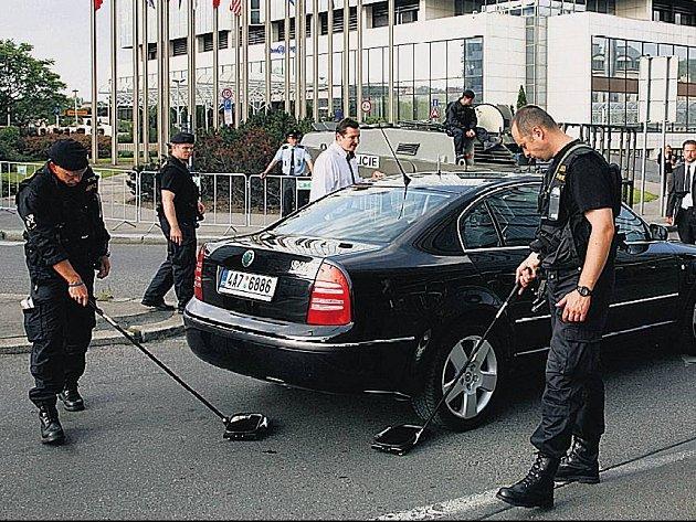 HILTON V OBLEŽENÍ. Hotel Hilton na Florenci byl kvůli prezidentské návštěvě bedlivě hlídán. Každý pěší i motorista, který chtěl do střežené zóny, musel projít přísnou kontrolou.