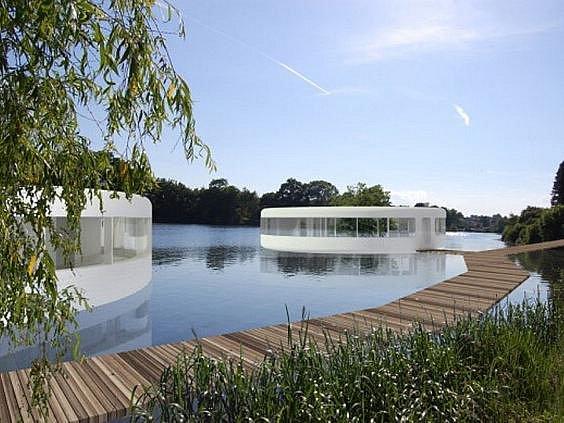 Na hladině rybníku Šeberák plánuje soukromý investor vystavět deset plovoucích domů, které mají sloužit bydlení a rekreaci. Část rybníku tak už nebude sloužit jako koupaliště, které v létě využívají mnozí Pražané.