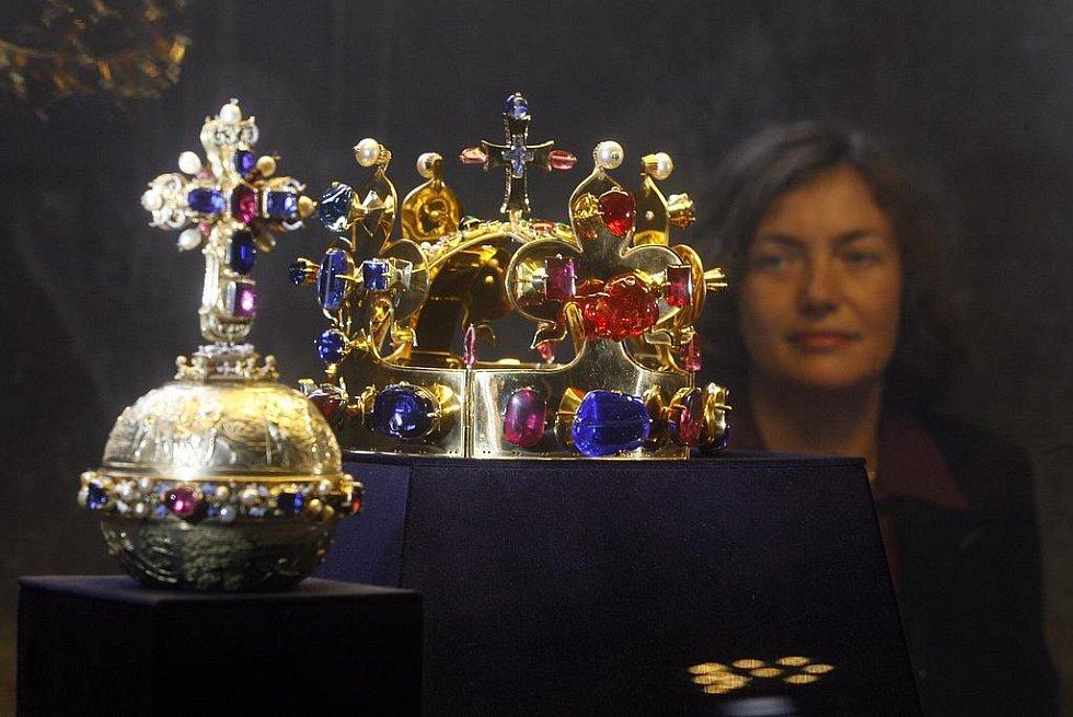 Kopie korunovačních klenotů ve Staré sněmovně.