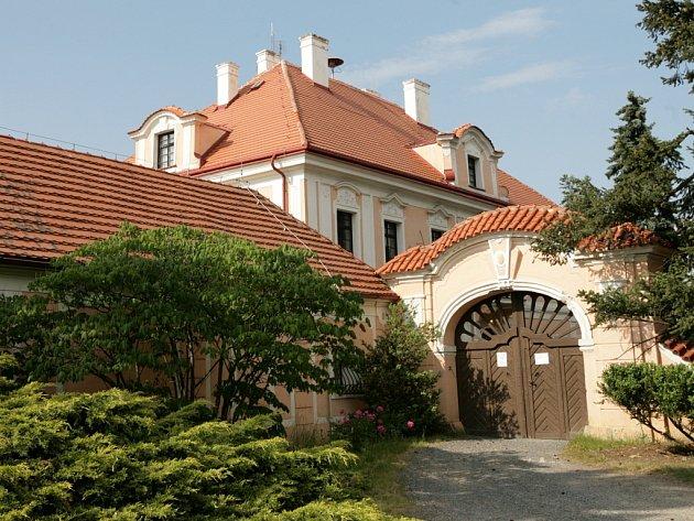 Horní zámek vPanenských Břežanech, kde za války bydlel K. H. Frank.