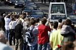 Benedikt XVI. se z kostela Panny Marie Vítězné přesunul v papamobilu přes Most legií na nunciaturu ve Voršilské ulici.