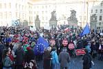 Lidé se chystají na protestní pochod z Hradčanského na Staroměstské náměstí na demonstraci proti Andreji Babišovi (ANO).