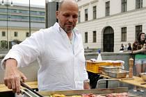 Kuchař Zdeněk Pohlreich předvedl své umění na pražském náměstí Republiky v pondělí 21. května 2012. Akce nesla název Není roštěnka jako roštěnka aneb Šéf na grilu.