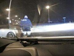 Pražští strážníci předali policistům několik řidičů pod vlivem alkoholu a se zákazem řízení.