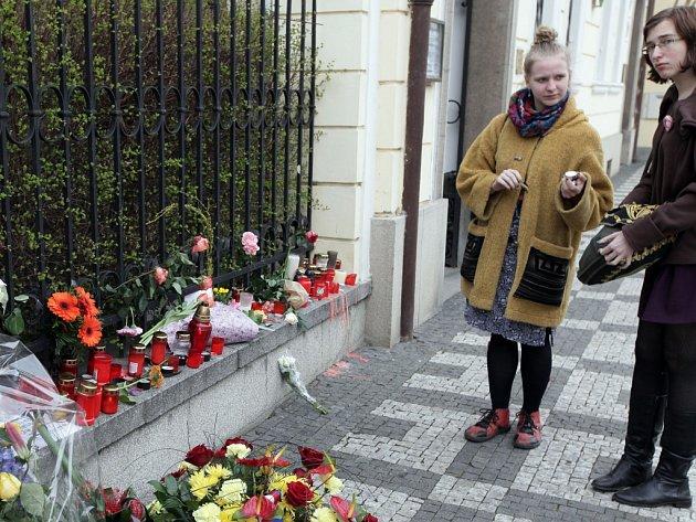 Pieta u belgické ambasády ve Valdštejnské ulici v Praze na památku obětí teroristického útoku v Bruselu.