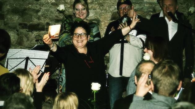 Šansoniérka Zlatka Bartošková pokřtila v pražském hudebním klubu Free Masonic svoje čtvrté CD Bílej kavalír.