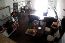 Mladíka, který v bytě v Tupolevově ulici zcizil přes půl milionu korun, zachytila bezpečnostní kamera.