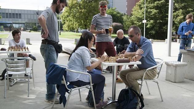 Šachový turnaj na Kulaťáku probíhal 4. srpna před Národní technickou knihovou v Praze