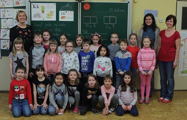 ZŠ Písnická třída 1.B - ředitelka školy Mgr. Eva Čulíková (první zleva), třídní Mgr. Lucie Faltová ( druhá zleva) a asistentka pedagoga Jana Kotrčová.