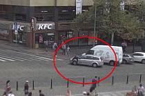 Řidič najel na strážníka a vezl ho na kapotě.