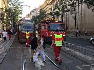 V Praze v okolí Karlova náměstí nejezdí kvůli stržené troleji tramvaje.