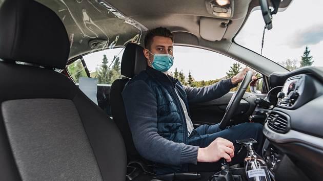 Pražané už začínají na konci epidemie covid-19 opět využívat taxislužby.