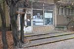 Bývalá poliklinika na Žižkově je v současnosti nejen chátrající připomínkou své někdejší minulosti. Jaká ale bude její budoucnost, se zatím neví.