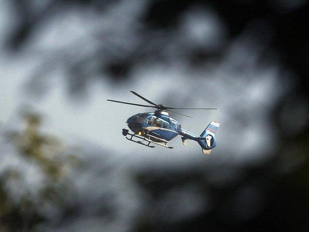 Desítky policistů za účasti policejních psovodů a vrtulníku pokračovaly druhým dnem 14. října v pátrání po devítileté školačce Anně Janatkové v okolí ulice Pod Písečnou v Praze 8.