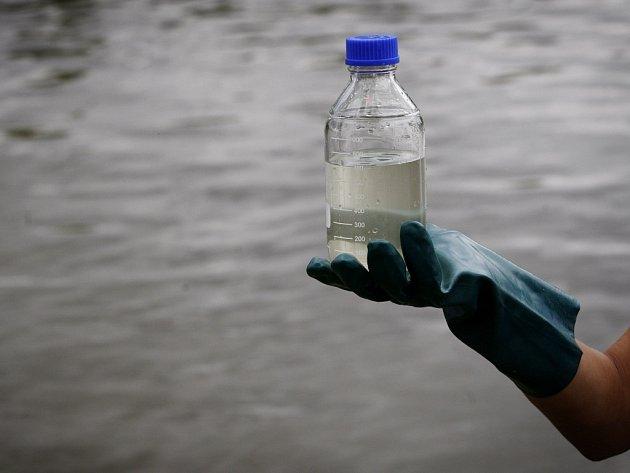 Odebírání vzorků vody. Ilustrační foto.