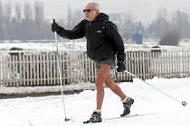 """Janu Pavlíkovi z Lipenců je 77 let, pravidelně se otužuje a jezdí lyžovat. """"Včera jsem na přírodním sněhu ujel 21 kilometrů,"""" řekl Pražskému deníku jeden z prvních letošních návštěvníků okruhu v Chuchli."""