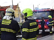 Souprava metra srazila v tunelu u Hradčanské muže, vyprostit ho museli hasiči