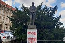 Neznámý pachatel posprejoval sochu prezidenta Edvarda Beneše na Loretánském náměstí v Praze.