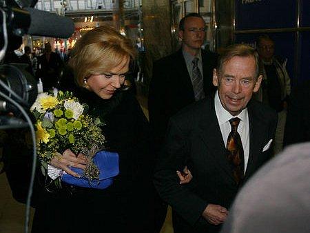 PŘICHÁZÍ. Autor Odcházení, které mělo světovou premiéru ve čtvrtek 22. května v pražské Arše, přichází se svou manželkou.