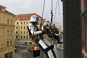 Stormtroopeři opravují Paralelní Polis v Holešovicích.
