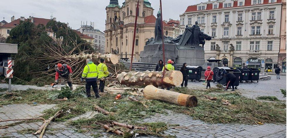 Kácení vánočního stromu na Staroměstském náměstí v lednu 2019.