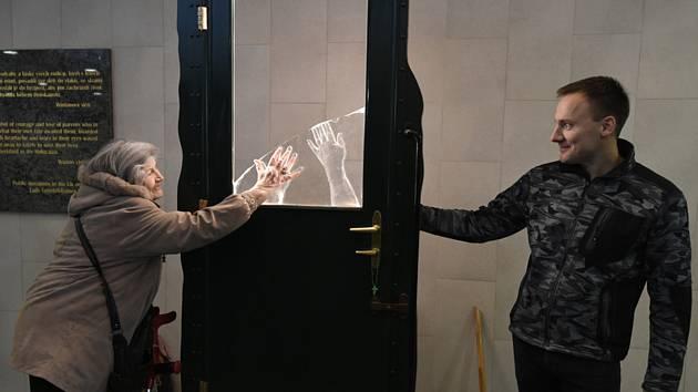 Sklář Jan Huňát z Nového Boru (vpravo) instaloval 8. února 2020 nové sklo na památníku Rozloučení na pražském hlavním nádraží.