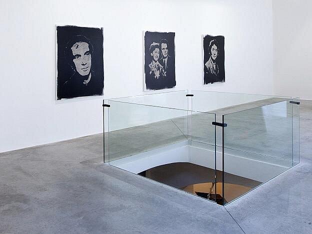 Výtvarník Roman Týc zahájí 27. září večer v galerii Dvorak Sec Contemporary v Praze výstavu obrazů, které vytvořil z popela zesnulých. Týc Tvrdí, že v krematoriích vznikají přebytky, tedy popel zesnulých, který končí často bez piety na skládkách.