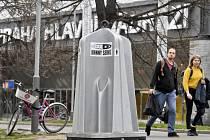 Praha 1 nainstalovala do parku u hlavního nádraží na zkoušku mobilní pisoáry.