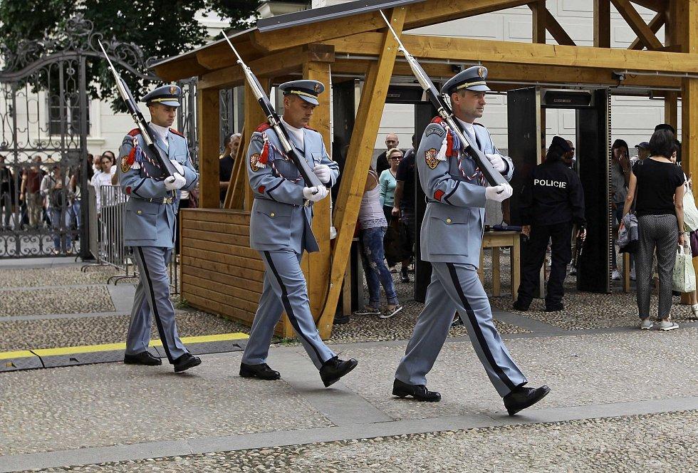 Fronty při kontrole na Pražský hrad