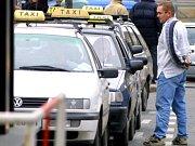V Praze začala od 1. ledna 2009 platit vyhláška, podle které by taxikáři na magistrátních stanovištích měli mít pouze automobily žluté barvy a mladší osmi let.