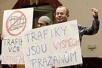Proti rozdělování politických trafik přišli ve čtvrtek 5. listopadu 2015 na schůzi zastupitelstva hlavního města Prahy hlasitě protestovat i zástupci veřejnosti a občanských iniciativ s transparenty.