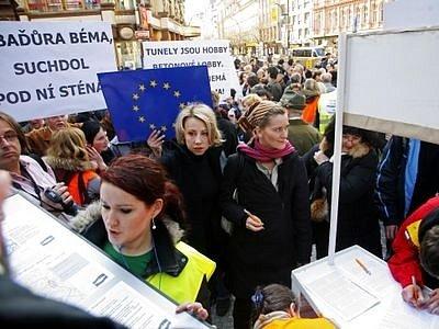 Protest proti jižní variantě. Zúčastnila se jí i Kateřina Jacques, poslankyně za Stranu zelených.