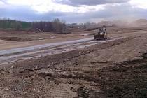 Pod záminkou rekultivace se podle některých vlivných politiků i majitelů zasažených pozemků skrývá obrovský kšeft s likvidací stavebního odpadu. Nejde jen o zemědělské pozemky u Chýně a Chrášťan. Obdobný případ existuje například v Motole či Slivenci.